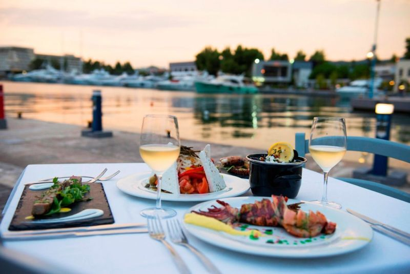 Dinner-at-Tsipouraki-restaurant-at-Porto-Carras-Marina-min-1024x684